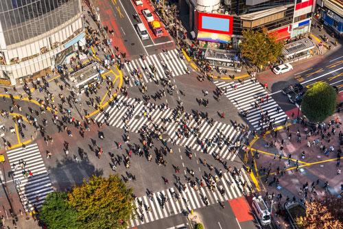 渋谷交差点に信号無視のワゴン車が侵入
